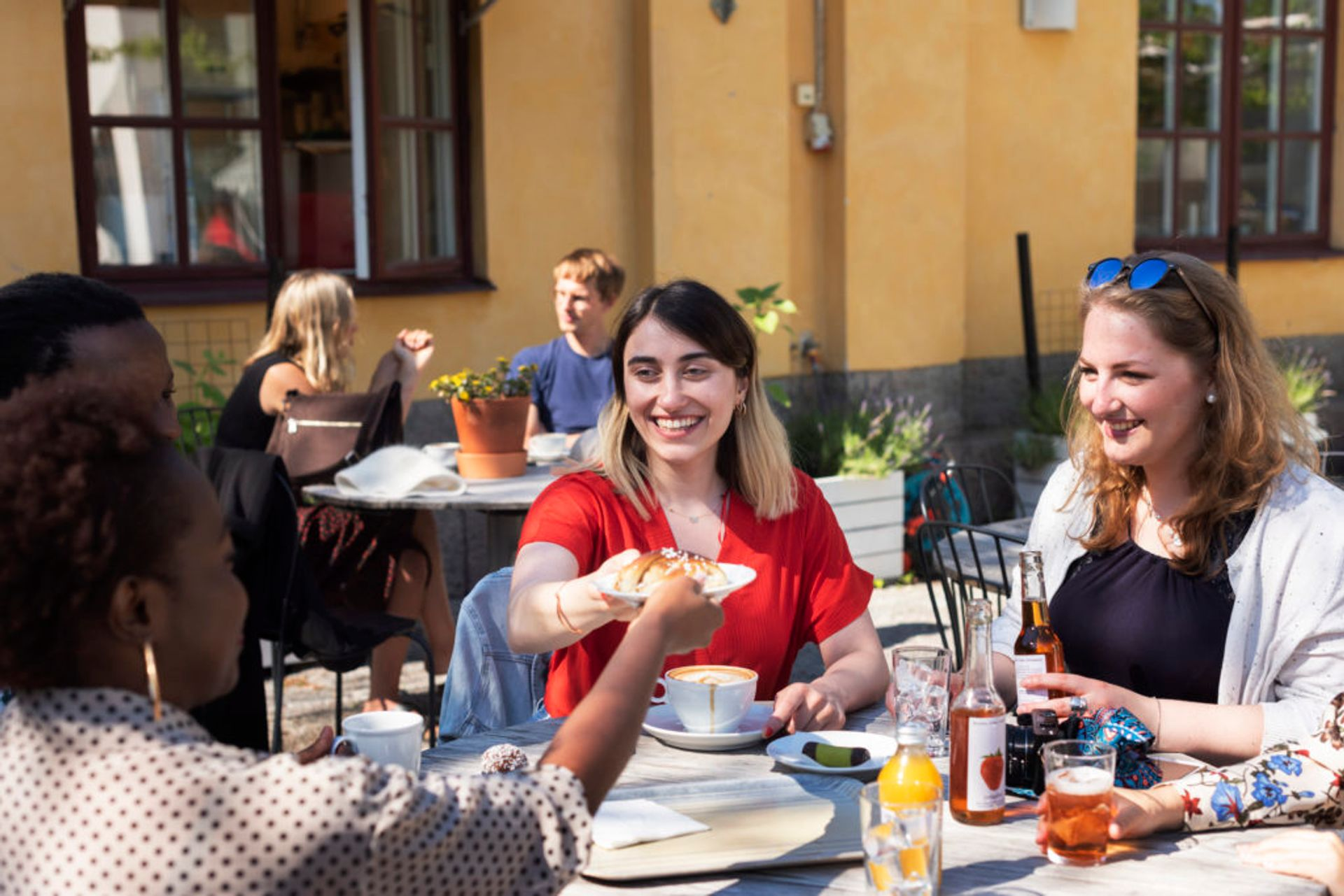Hazal and other students sitting outisde at a cafe having traditional Swedish Fika.