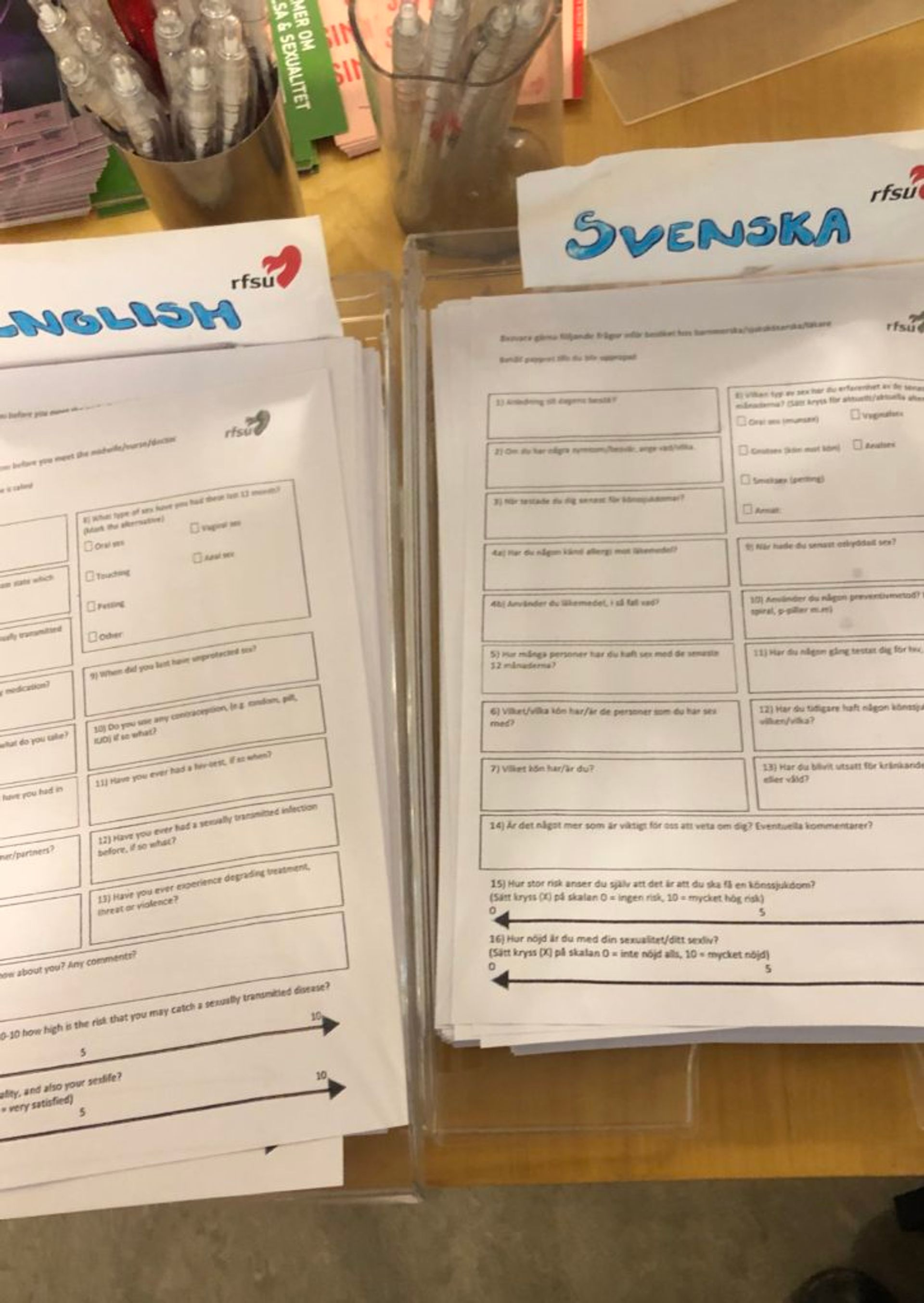 Forms in Swedish and English to fill out when getting an STI test at the organisation RSFU.