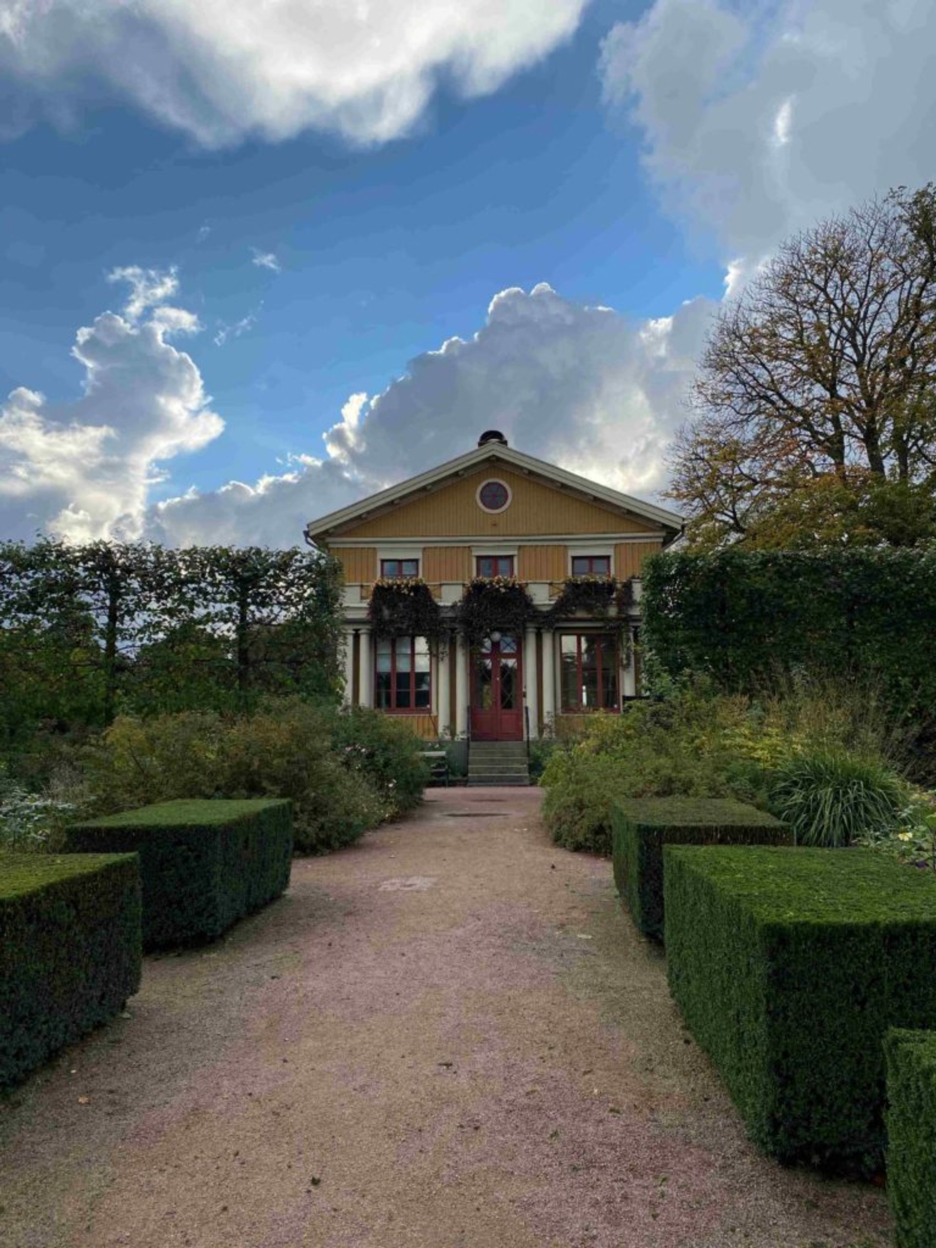 A yellow wooden house in Gothenburg's botanical gardens.