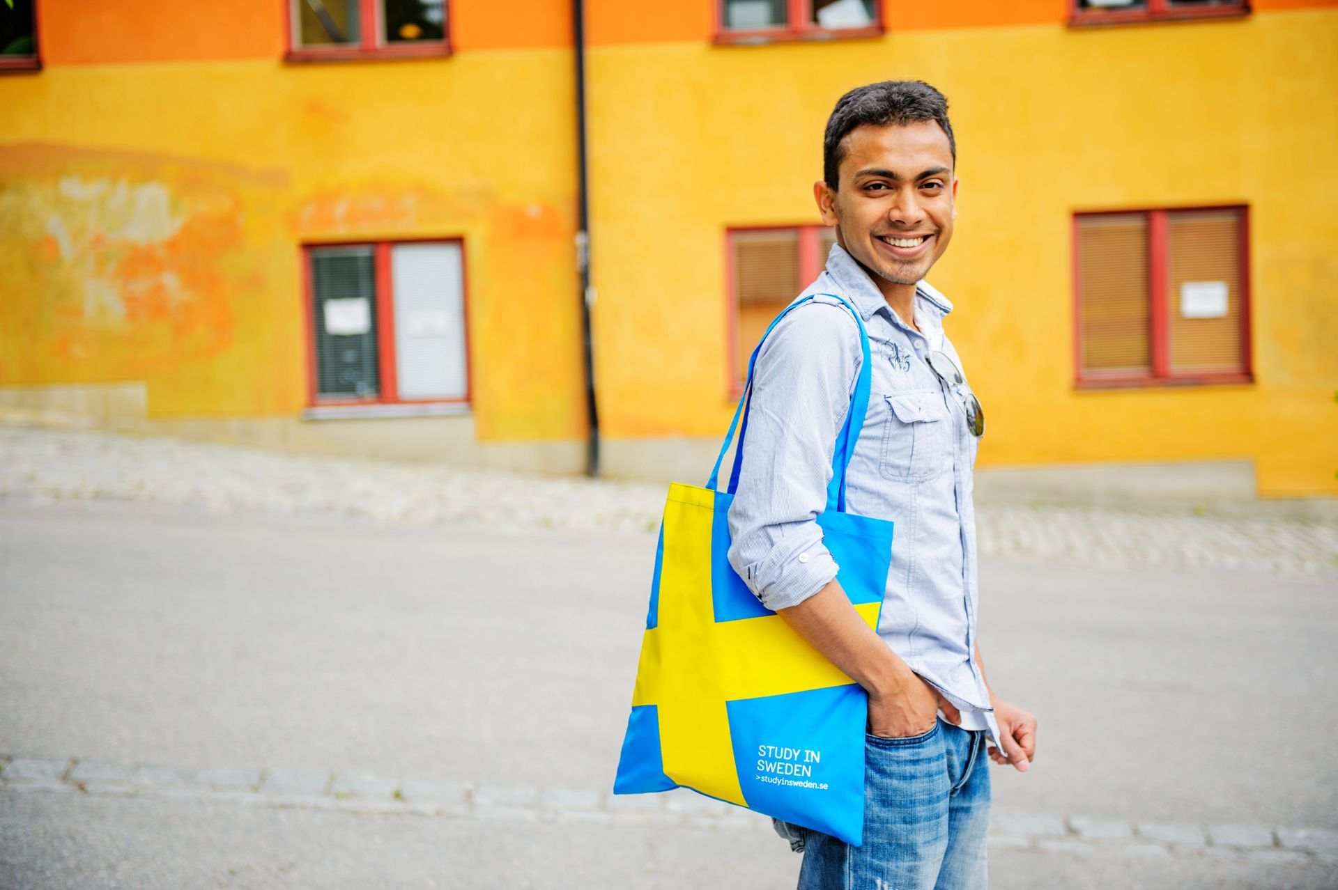 Student poses with Study in Sweden tote bag