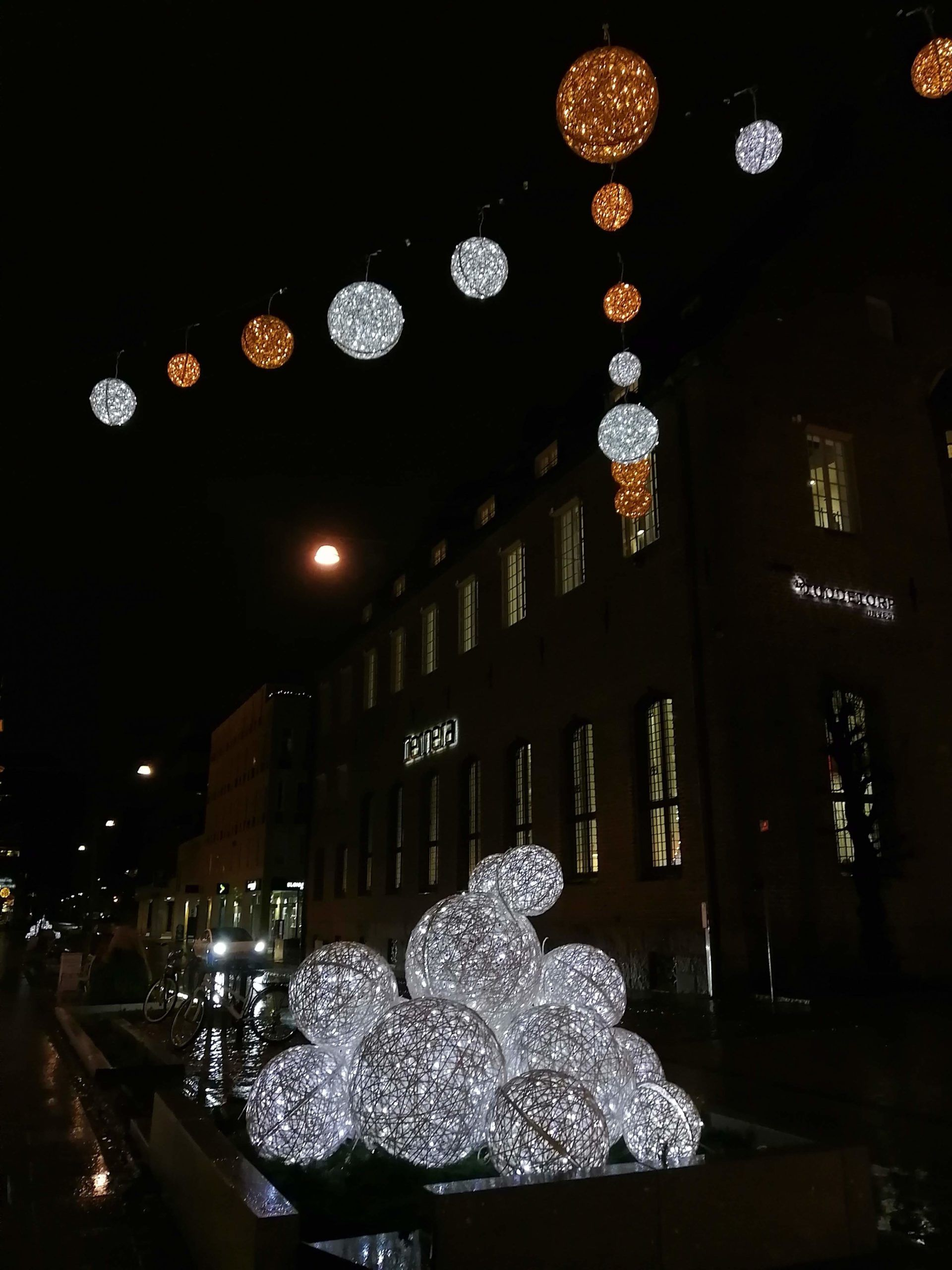 Christmas light decorations shaped as balls of rope
