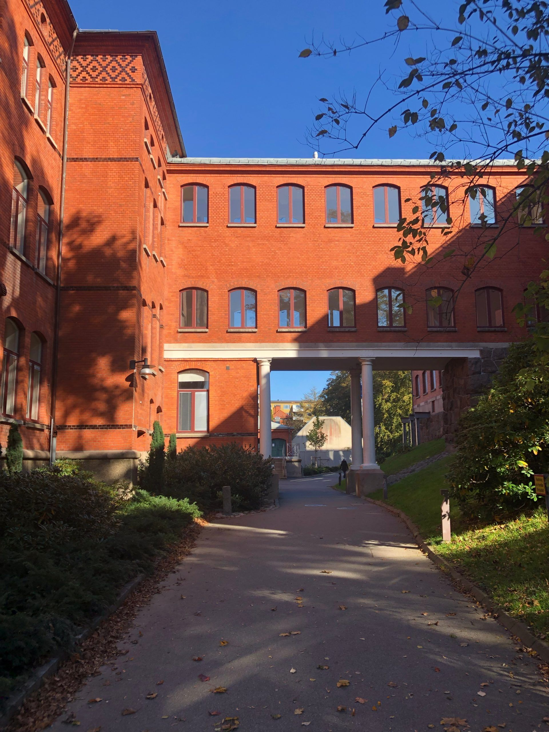 An orange brick building with many windows , the building of the School of Global Studies in Gothenburg