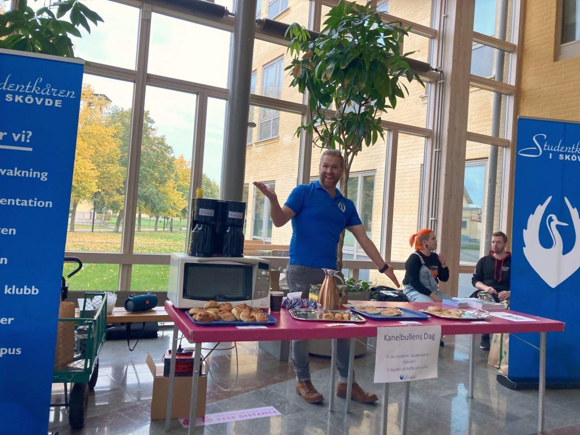 People offering free cinnamon rolls at the University of Skövde.