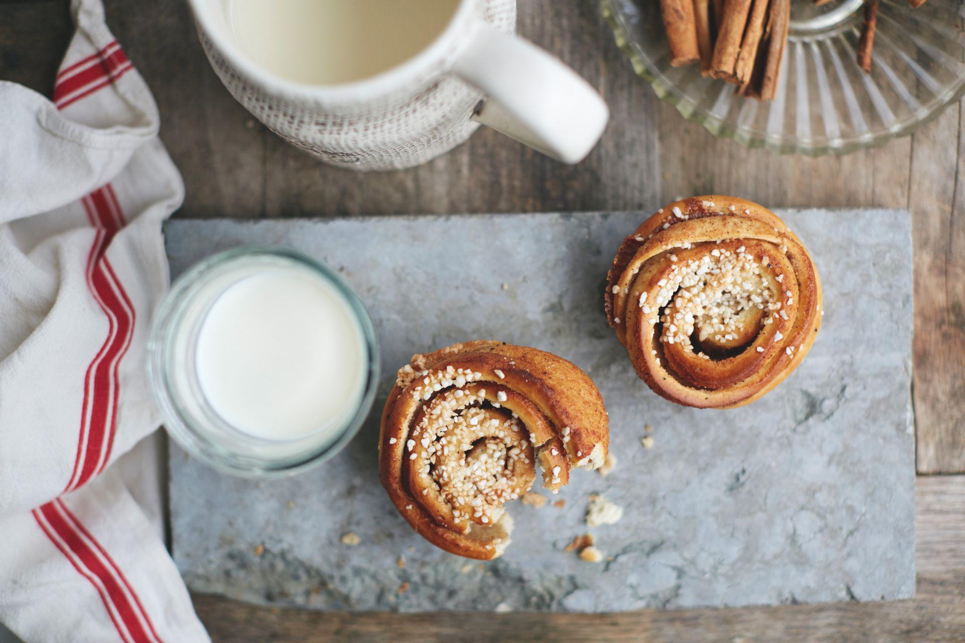 Cinnamon buns with milk
